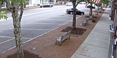 Pedestrians on the streets of Southampton -  live webcam , New York New York
